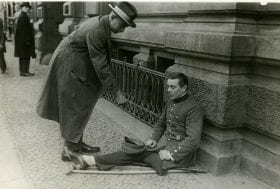 Disabled World War One veteran pan handling Unknown photographer, Um Spenden bittender Kriegsinvalide, Germany, after 1918 - source Deutsches Historisches Museum