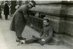 Disabled World War One veteran pan handling Unknown photographer, Um Spenden bittender Kriegsinvalide, Germany, after 1918 - source Deutsches Historisches Museum